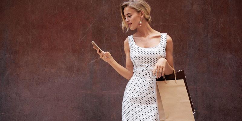 Beyaz puantiyeli elbise