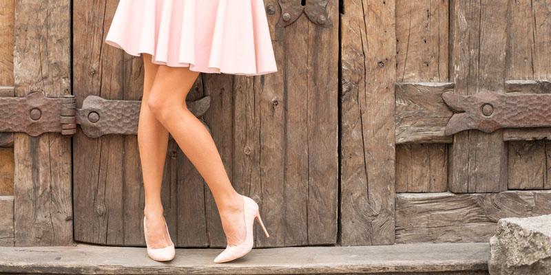 Mini etek ve topuklu ayakkabı kombini