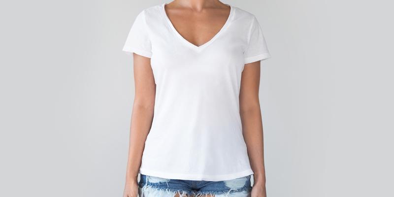 V yakalı beyaz tişört kombini