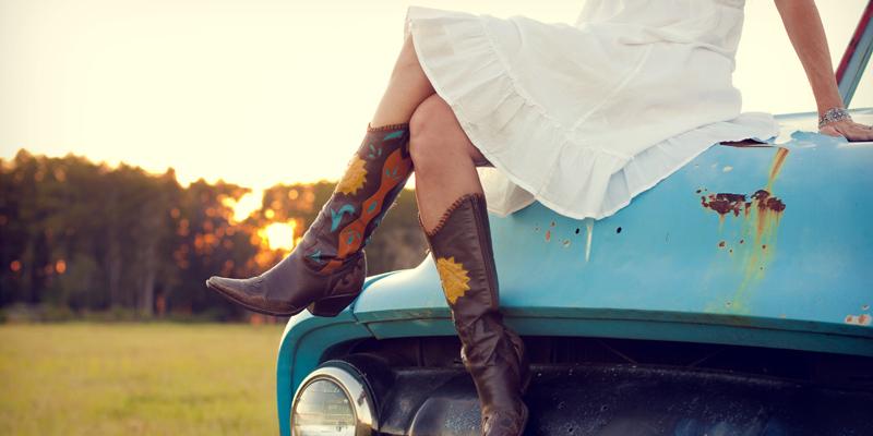 Elbise kovboy çizme kombini