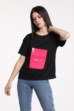 What İs Yazılı Pembe Baskılı Kanca Detaylı Siyah T-Shirt